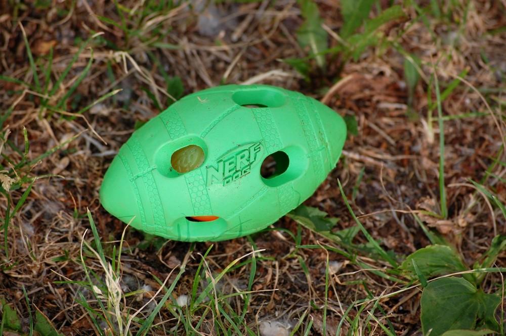 Mocna i wytrzymała zabawka w formie piłki rugby jest idealna do aportowania.