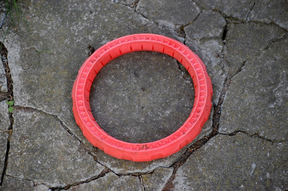 Obręcz z gumy jest mocna i wytrzyma silne szczęki psów.