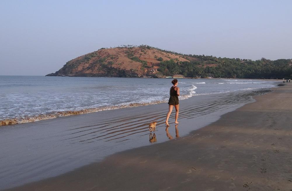 Pani biegająca wraz z psem. Biegać z psem można w każdym warunkach, nawet po plaży, przy morzu.