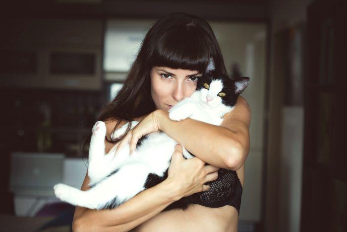 Kobieta z kotem na rękach.
