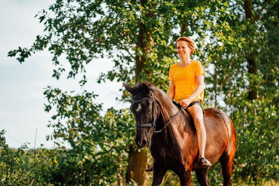 Jazda na oklep to tzw. naturalny styl jazdy konnej. Jeździec jeździ na koniu bez siodła.