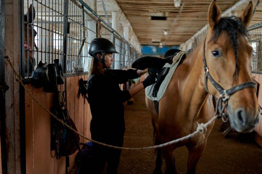 Siodłając konia należy mieć założony kask jeździecki, a koń powinien być podwiązany.