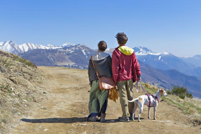 Para z psem na szlaku górskim.