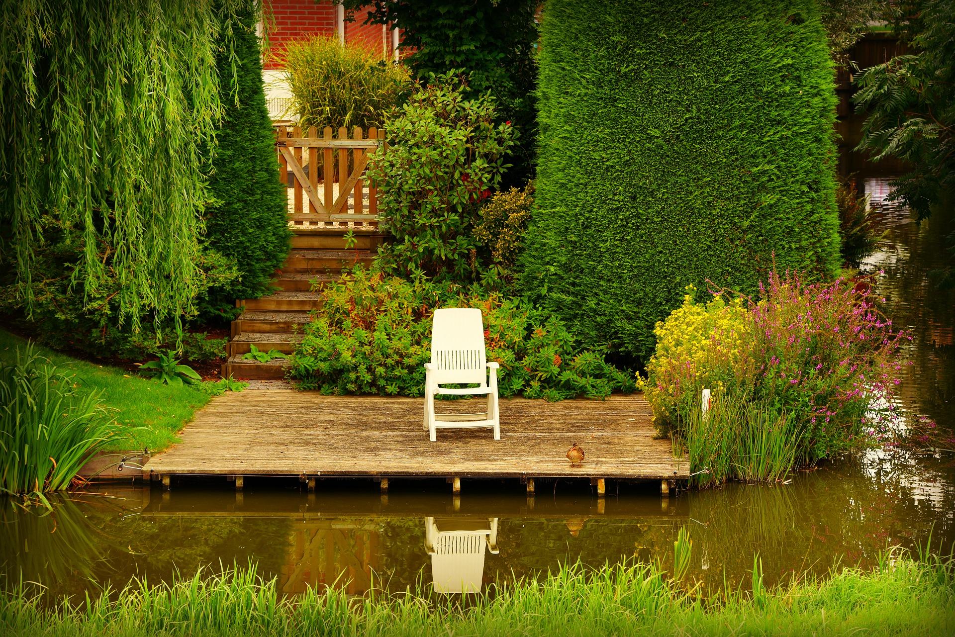 Na oczko wodne o powierzchni większej niż 50 m2 wymagane jest pozwolenie budowlane i spełnieniu wielu formalności.
