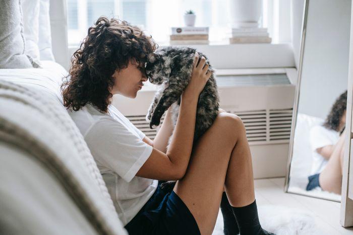 Kobieta z kotem w sypialni